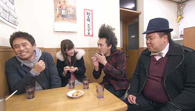 左から浜田雅功、玉巻映美(MBSアナウンサー)、ミサイルマン岩部、西代。だしのうまいたこ焼き店で(毎日放送『ケンゴロー』)