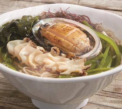 岩手県大船渡吉浜産の天然アワビの刺身とステーキがラーメンの上にドン! 期間中各日限定10食