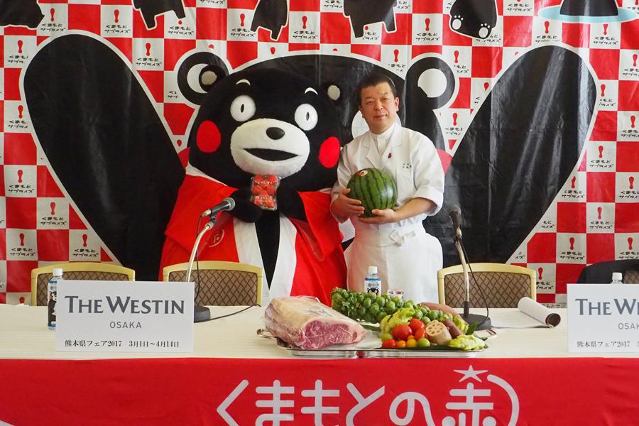 日本料理「はなの」料理長・弓木野さん(右)と、熊本県営業部長のくまモン