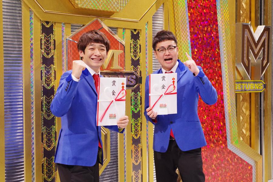 賞金を手にする銀シャリの鰻和弘(左)、橋本直