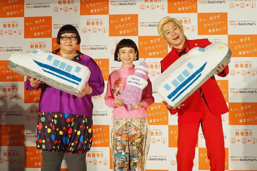 左が安藤なつ、右がカズレーザー。会見には同じく新CMキャラクターの三戸なつめも登場(7日、大阪市内)