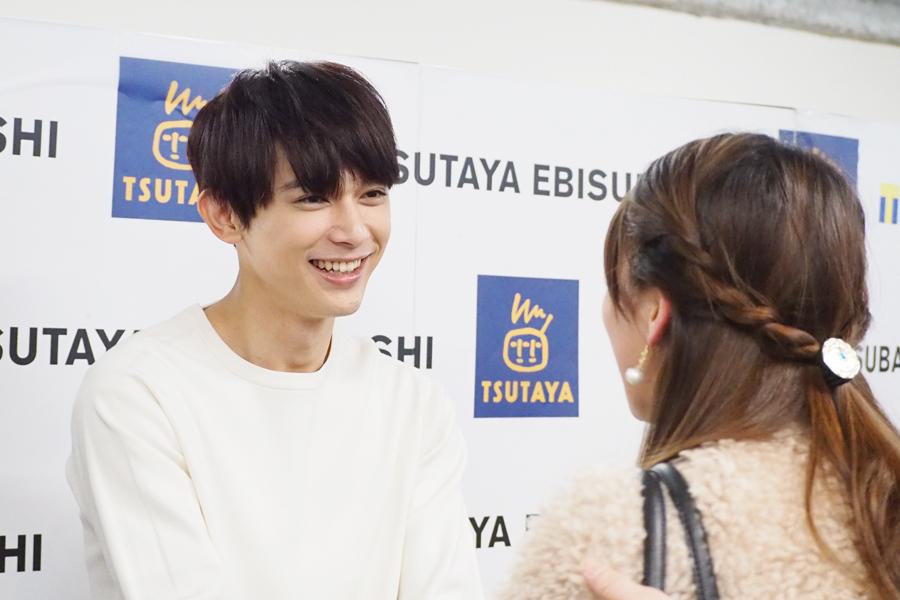 手を握りながら笑顔で話す吉沢亮(18日、大阪市内)