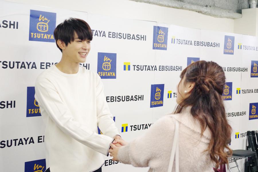 イベントの様子。手をぎゅっと握りながら話を聞く吉沢亮(18日、大阪市内)