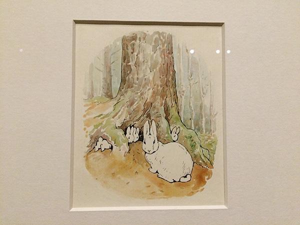 ウォーン社から出版された初版『ピーターらイットのおはなし』下絵 インク、水彩、紙/モミの木の下に住んでいるピーターラビット一家を描いたもの©FrederickWarne&Co.,2017