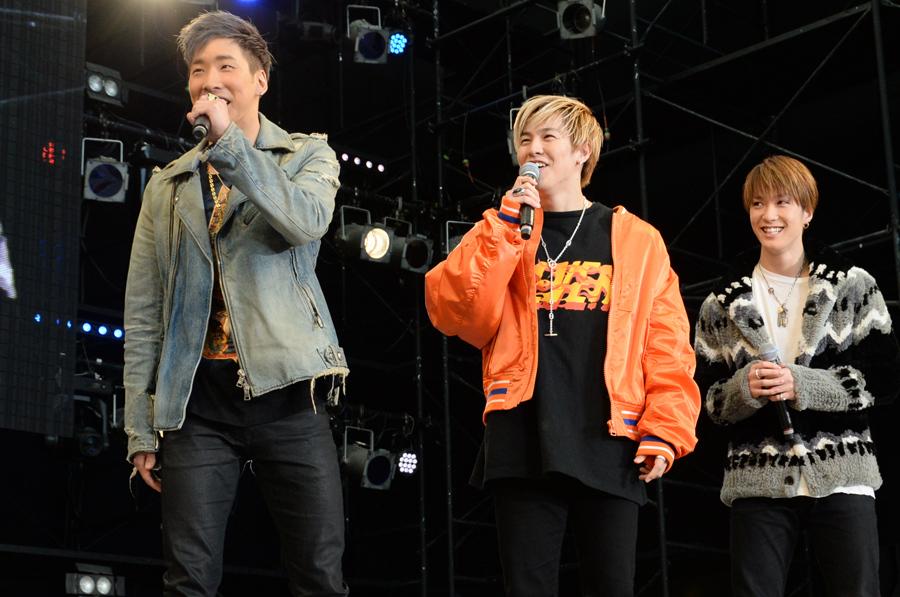 ステージに登場した(左から)リーダーの陣、RIKU、藤原樹(撮影:大阪オートメッセ 大駅寿一)