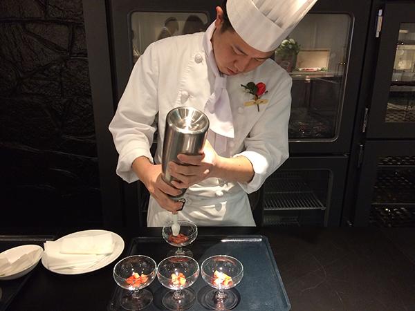 「ふわふわバニラ風味のエスプーマ&苺」を作るシェフ