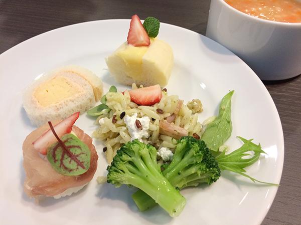 「出汁巻き玉子ロールサンドイッチ」や「苺と生ハムの手鞠寿司風」などの軽食