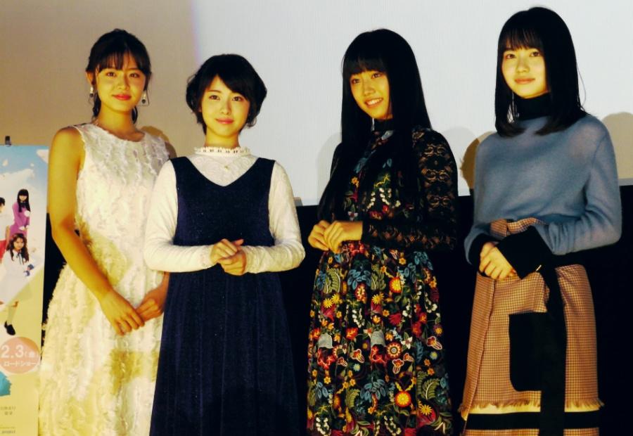大阪での舞台挨拶に登場した古畑星夏、浜辺美波、廣田あいか、山田杏奈(左から、5日・大阪市内)