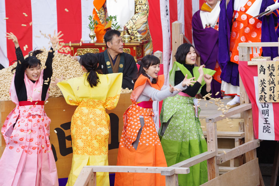 成田山不動尊の節分祭で豆まきをおこなった「べっぴんさん」の4人