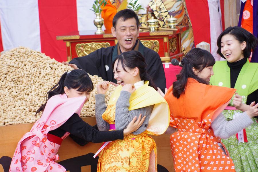 左から芳根、谷村、百田、土村の4人。初めての体験に大はしゃぎ