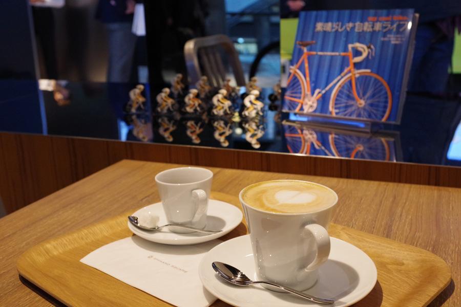 写真はコーヒー450円、エスプレッソ350円