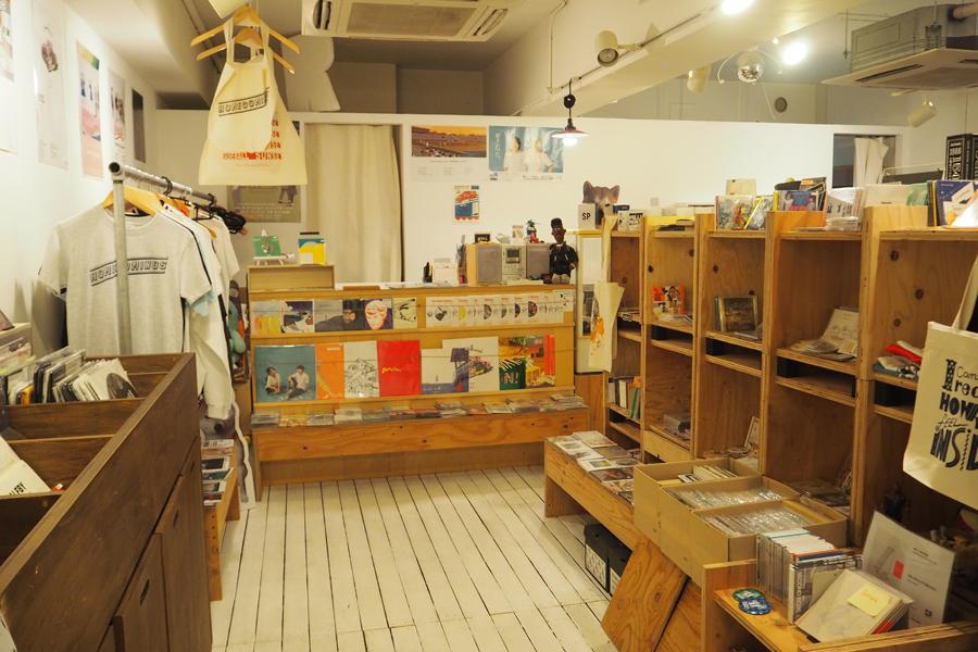 京都・三条にある「Second Royal Shop&Project Room」。所属アーティストのグッズなどが揃う