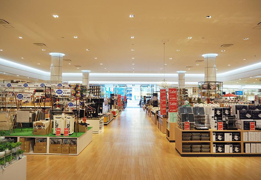 「イケア鶴浜」横に大型総合販売店をオープンする「東京インテリア家具」店内