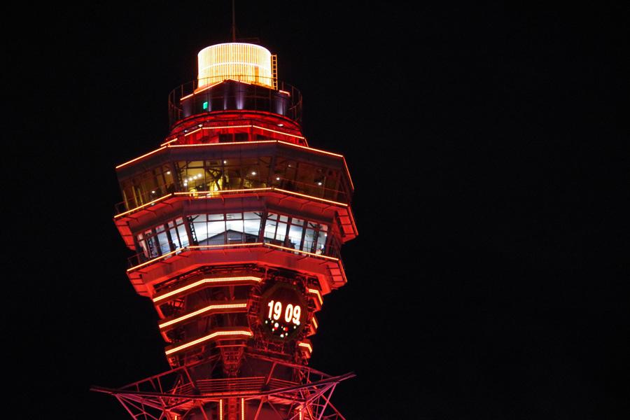 「天王寺公園」から見える通天閣の東側には大時計が。LEDビジョンに生まれ変わり、アナログとデジタルの表示が切り替わる