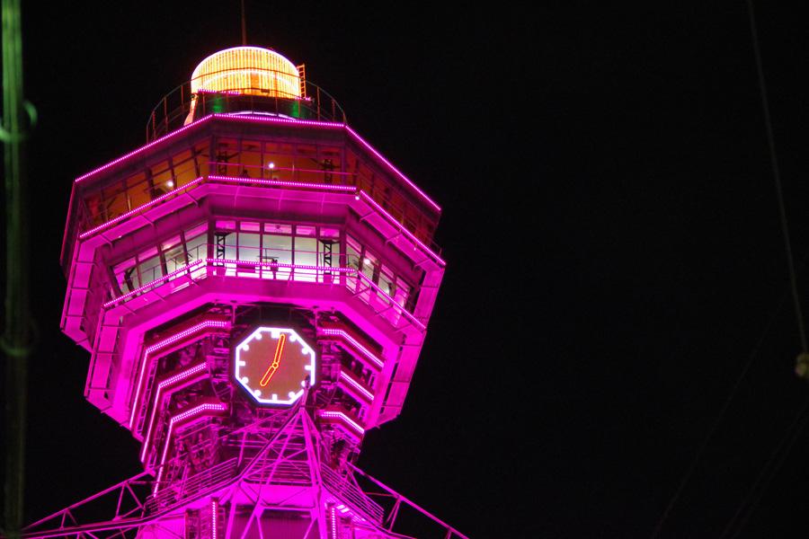 3月のカラー、桃色(ピンク)にライトアップされた通天閣