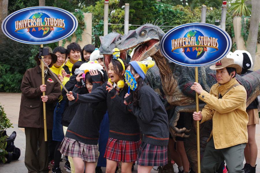 自撮りの最中も恐竜に襲われる岡田ら