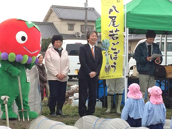 あいさつをする、八尾市長の田中誠太さん、会場を提供した地元農家の森川雅恵さん