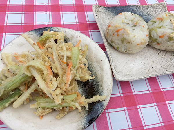 「おんぢ若菜の会」のお母さん方が作った、八尾若ごぼうのかき揚げと炊き込みご飯のおにぎり