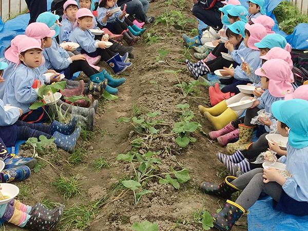 日頃から、八尾の枝豆やタマネギの収穫にも親しんでいる地元の子どもたち。「おいしい〜!」を連発していた