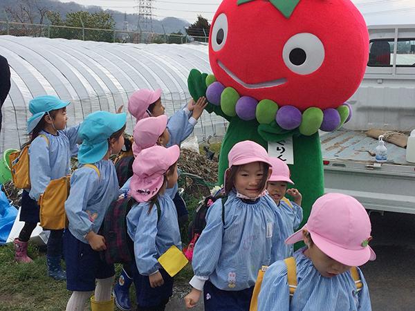 「あぐり〜ん、バイバ〜イ!」とJA大阪中河内のゆるキャラは、地元のちびっこたちに大人気。地元特産品のトマトや枝豆、ゴボウ、ブドウがモチーフ