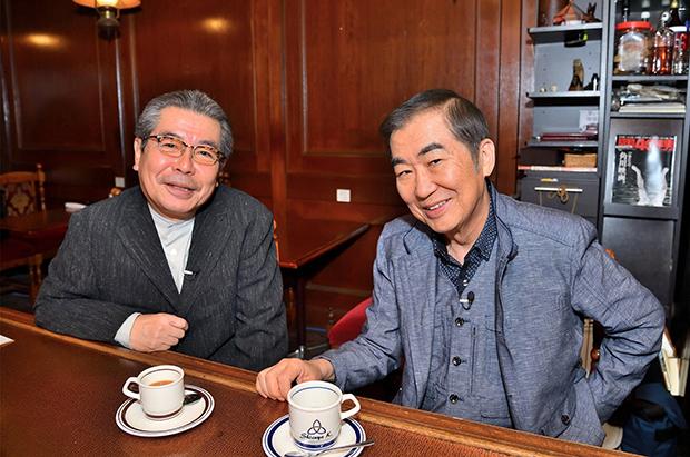行きつけの喫茶店で立川志の輔(左)と対談する六代目桂文枝(右)