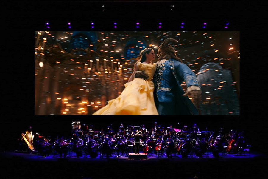 巨大なスクリーンに映し出されるエマ・ワトソンの歌声と、フルオーケストラがライブで奏でる音楽が紡ぎ出す、至極の空間 Presentation made under license from Disney Concerts, a division of ABC Inc. (c) 2017 Disney Enterprises, Inc. All Rights Reserved.