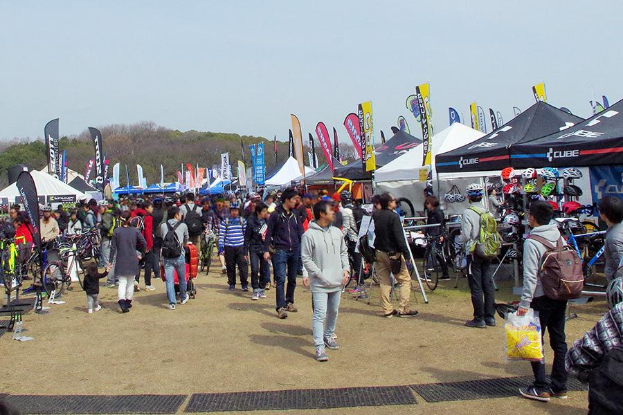 たくさんの人で賑わう『サイクルモードライド大阪2017』の会場(3月4日・5日/万博記念公園)