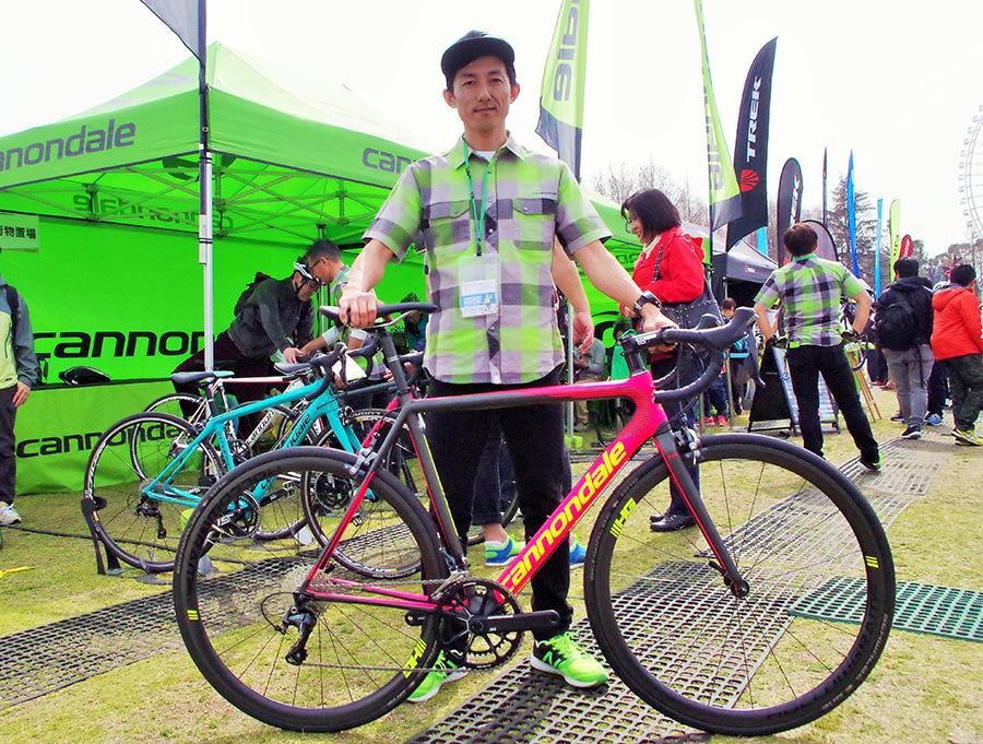 「キヤノンデール」の山本和弘さんと、オリジナルカラーデザインできるバイク「スーパーエックスエヴォハイモッド」。価格は最高スペックの完成車で85万円(税別)