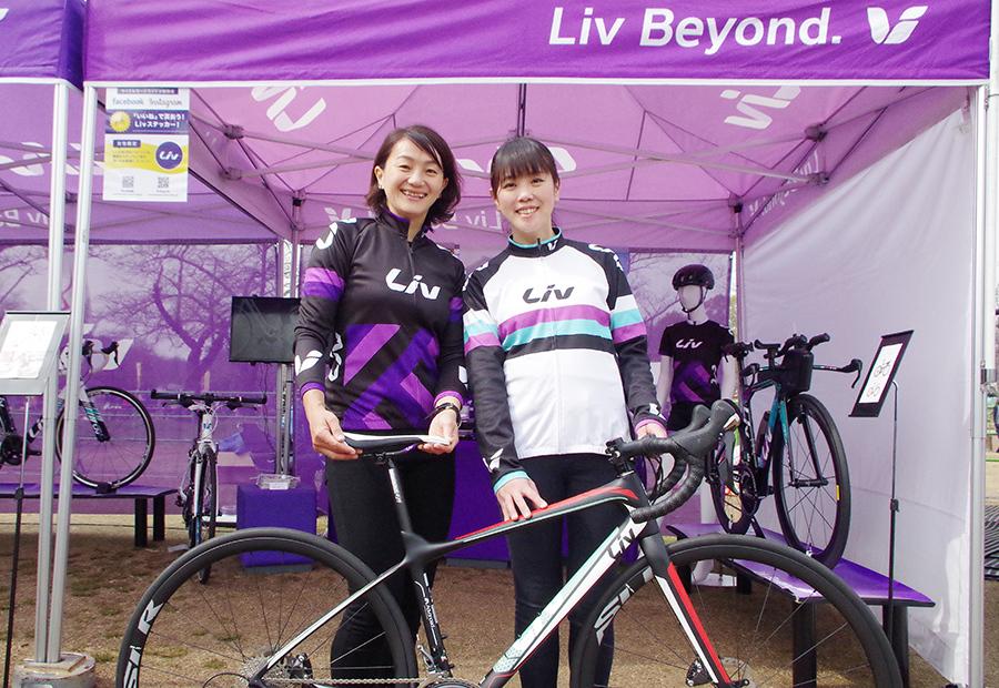 「丁寧な説明とポジショニングを心がけています」と笑顔で語る、女性サイクリストのためのブランド「リブ」のスタッフ