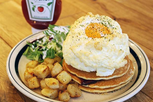 「ハムとチーズのエッグインクラウド」は、塩味メレンゲにトロリとした半熟卵をからめて