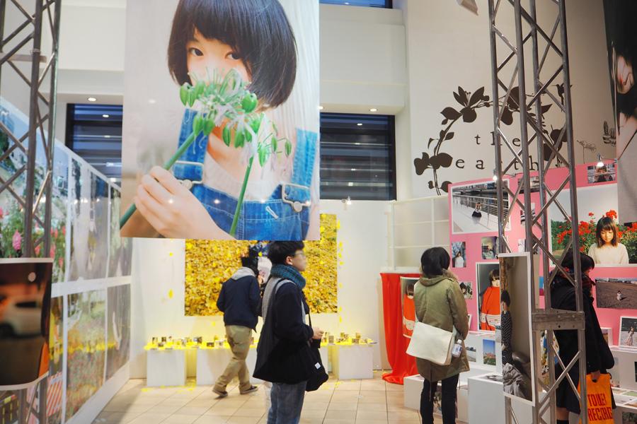 同施設1階で開催されている『ファーストアルバム〜銀杏BOYZと川島小鳥〜展』。なかには中之島公園や靭公園で撮ったという作品も