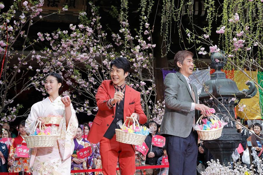 楽しそうに紅白餅や花の種をまく3人。左から森川葵、野村萬斎、佐藤浩市