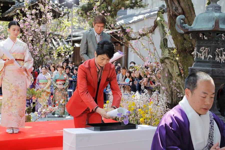 映画完成奉告及びヒット祈願として、僧侶が読経するなか献華する野村萬斎(27日、京都・六角堂)