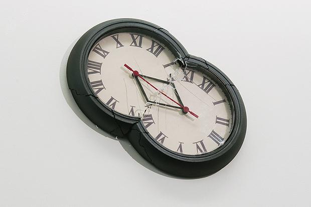 須賀悠介《chronostasis(double clocks)》 2013年 ミクストメディア 350x560x70mm (c)Yusuke SUGA