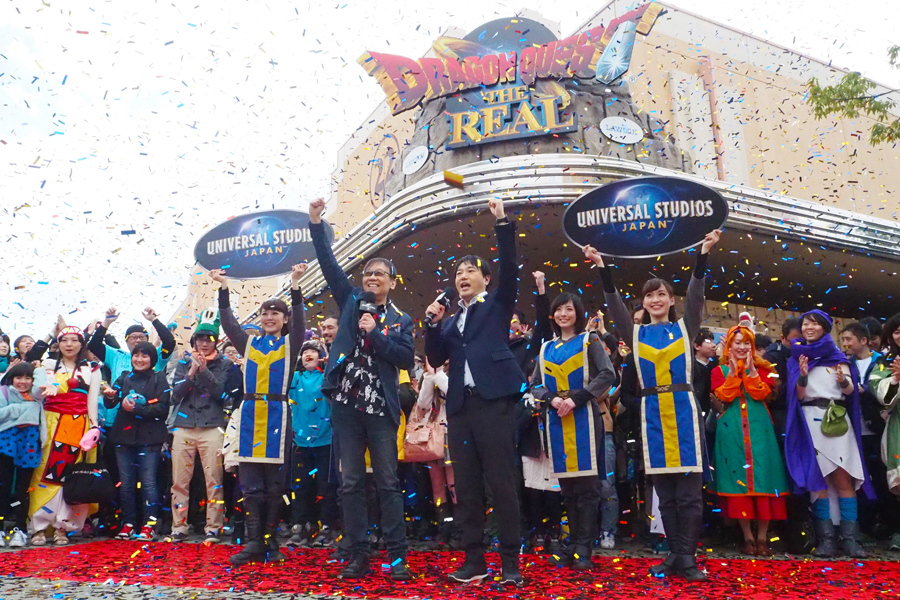 ドラクエファン200人と開幕宣言をした堀井雄二氏(左)と市村龍太郎氏(16日、ユニバーサル・スタジオ・ジャパン)