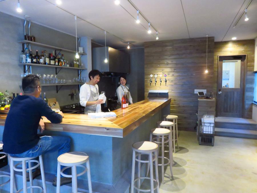 オーナーの橋本健寿さんと女将の長谷裕紀さん。1階のバーで旅人と地元住民が交流する