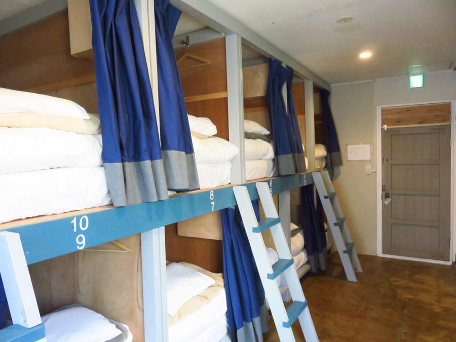 仕切りとカーテンでプライバシーが確保されたドミトリー(相部屋)