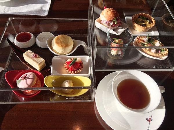 ラウンジ「3-60」の桜アフタヌーンティーセットは、3600円(税込・サ別)。ローストビーフのサンドイッチや、桜のスコーン、桜マカロンなどが彩りよく2段セットに