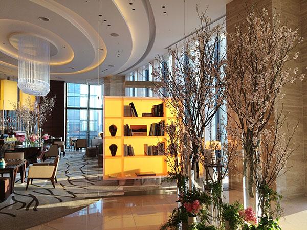 ロビーに飾られた高さ2.5メートルの桜の木。繊細でナチュラルなディスプレーは「ローズバッド フルリスト」(同ホテル1階)が担当