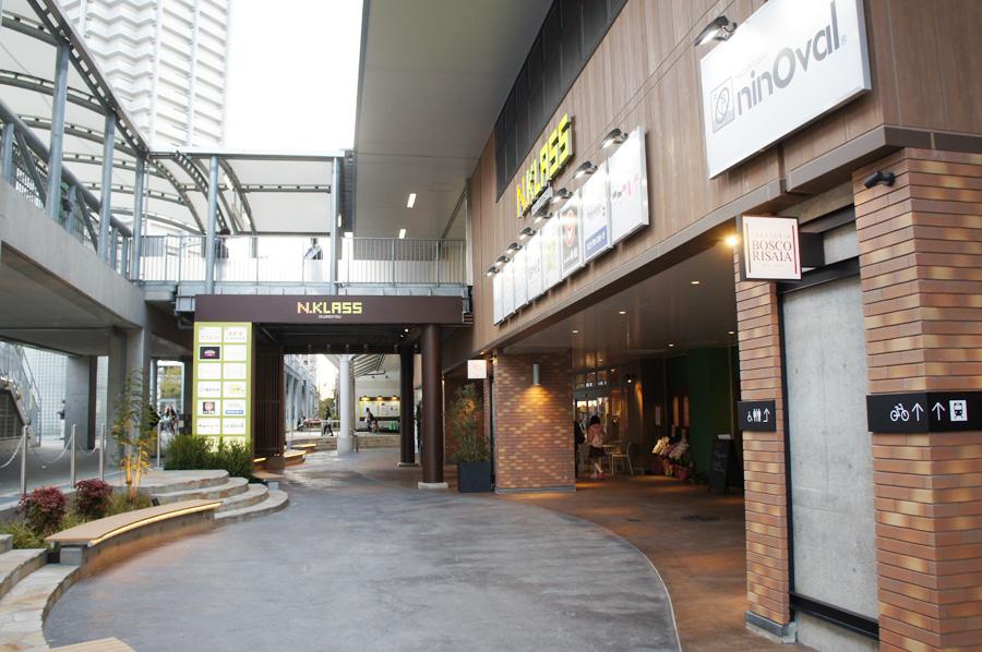 高架沿いに広く作られた遊歩道。店舗スペースの裏などには多くの駐輪場も新設された
