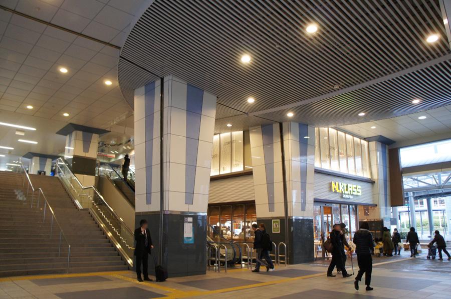 広くなり便利になった、泉大津駅改札前の階段やエントランス