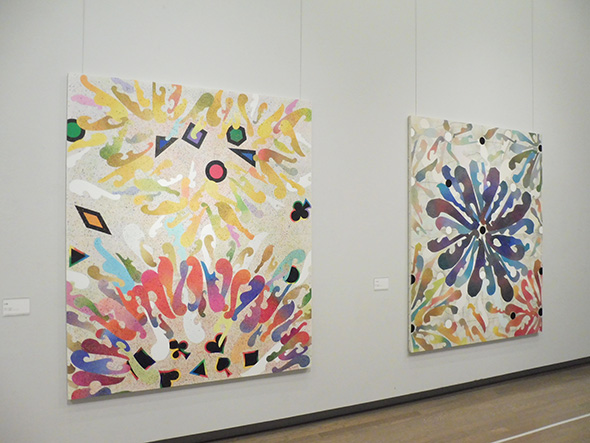 左:《分裂》1992(平成4)アクリル絵具、キャンバス 右:[不詳] 1992(平成4)アクリル絵具、キャンバス