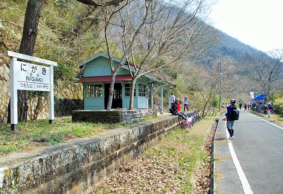 木製のレトロな駅舎。周りにはよく見るとレールなどの廃線跡を見つけることができる