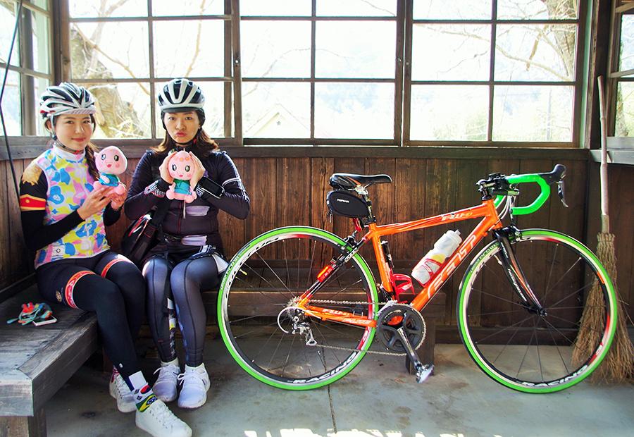 蘇夏さん(右)と陳松筠さんの手に持つのは赤磐市のキャラクターあかいわモモちゃん。駅舎内で撮影