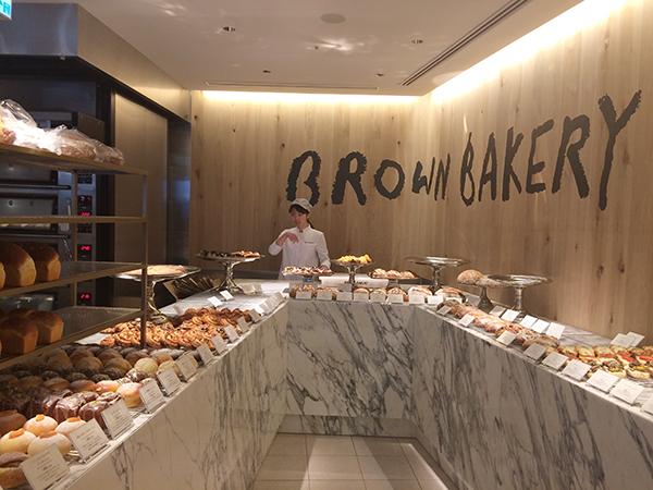 「京阪モール」1階北側の「ノーステラス」にオープンした「ブラウンベーカリー」。小さな型で焼く食パンをはじめ、パンは70種ほどをそろえる