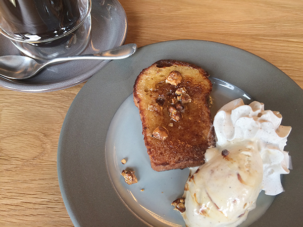 「ブラウンカフェ」でいただけるフレンチトースト980円(実際のメニューはパン2枚)。カリッと香ばしく焼き上げ、ハチミツ、クルミ、ホイップクリーム、バニラアイスを添えて。オーガニックコーヒー500円