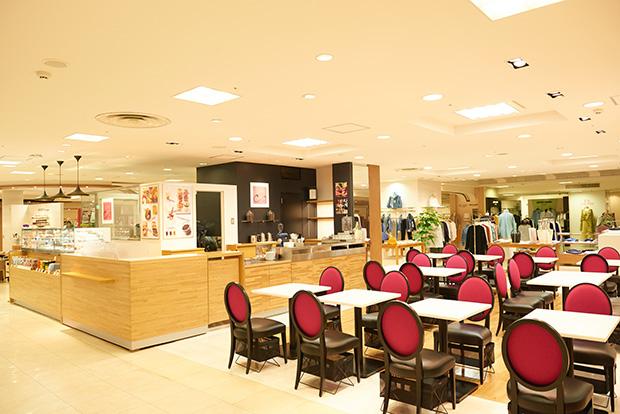 空間はオープンなスタイル。奥さまの買い物待ちでコーヒーを楽しむ紳士の姿も
