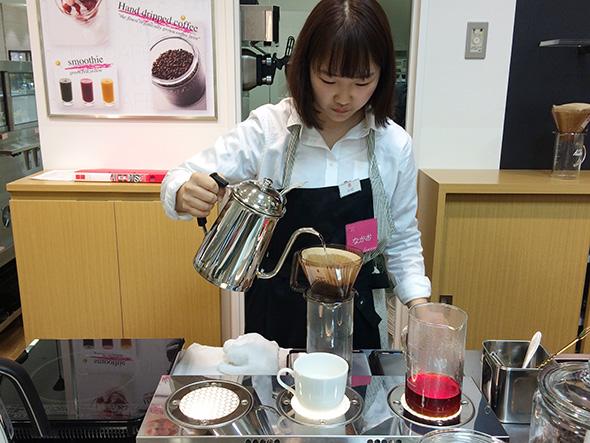有機栽培コーヒー豆をオーダー後に挽いて、丁寧にハンドドリップする。650円