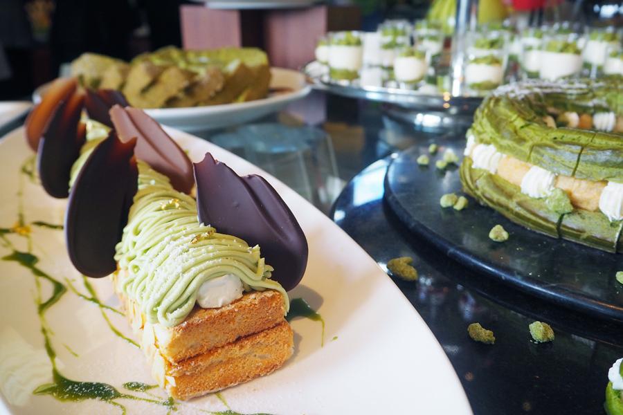抹茶ホワイトチョコレートムースや抹茶パリブレストなどグリーン色のスイーツがずらり