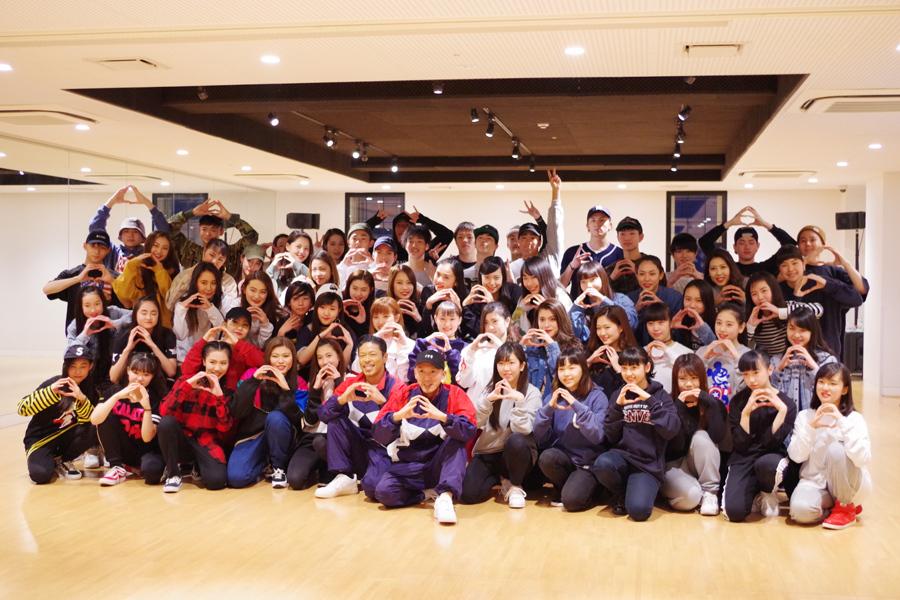 「EXPG大阪校」の生徒60人と記念撮影